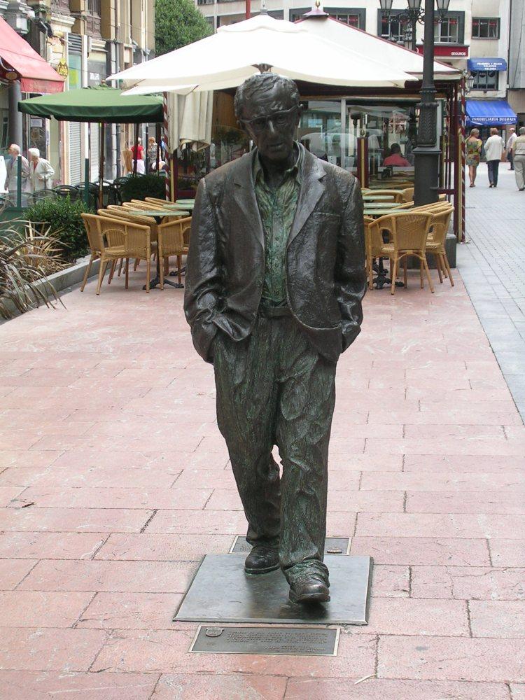 Escultura en bronce de Woody Allen en el centro de Oviedo